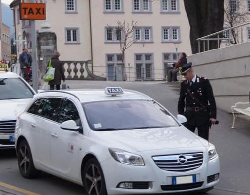 Tenta di rapinare un tassista: francese in manette