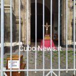 Pregare fuori, non si entra in Chiesa